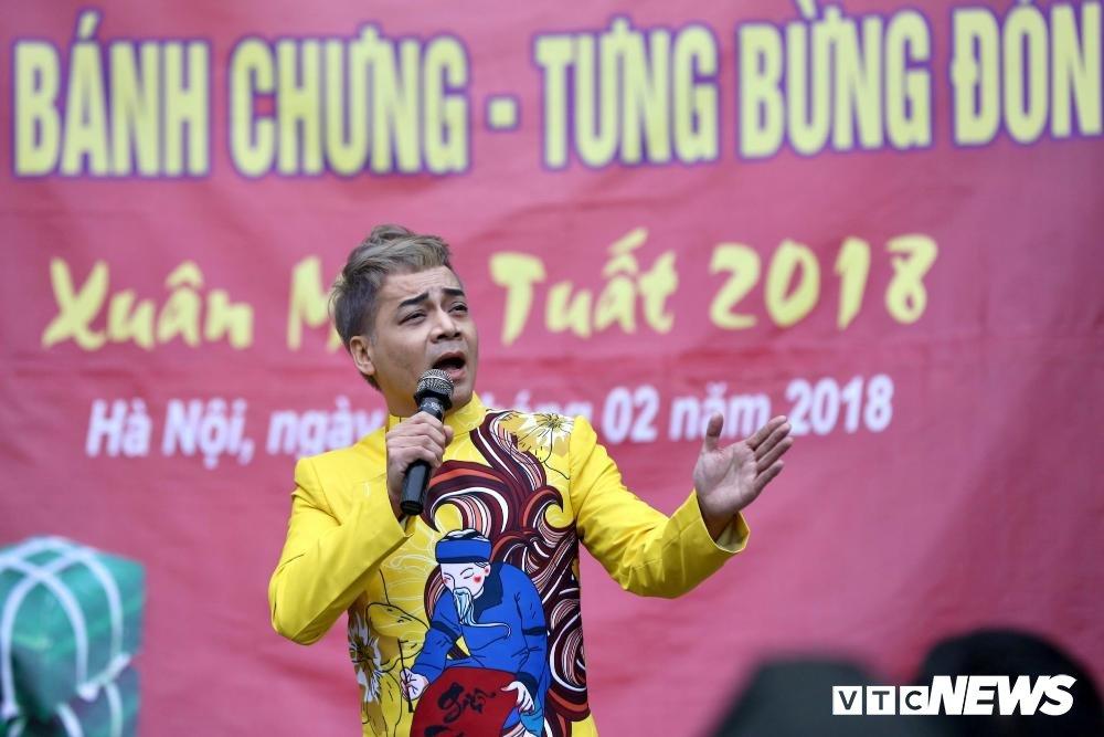 Chien sy canh sat co dong tro tai goi banh chung don Tet hinh anh 2