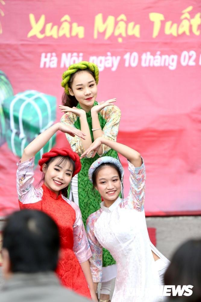 Chien sy canh sat co dong tro tai goi banh chung don Tet hinh anh 3