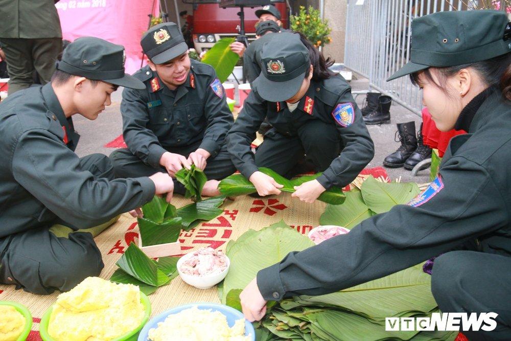 Chien sy canh sat co dong tro tai goi banh chung don Tet hinh anh 1