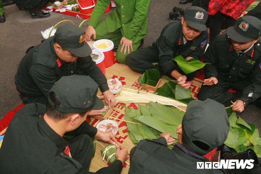Chien sy canh sat co dong tro tai goi banh chung don Tet hinh anh 7
