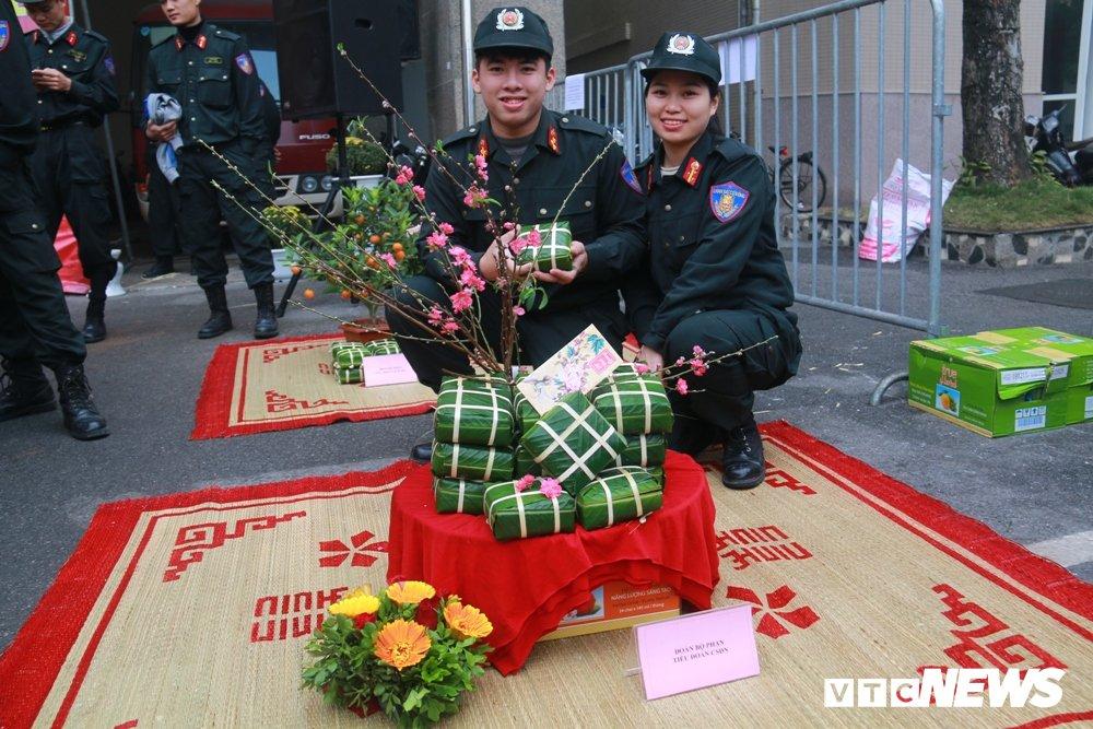 Chien sy canh sat co dong tro tai goi banh chung don Tet hinh anh 11