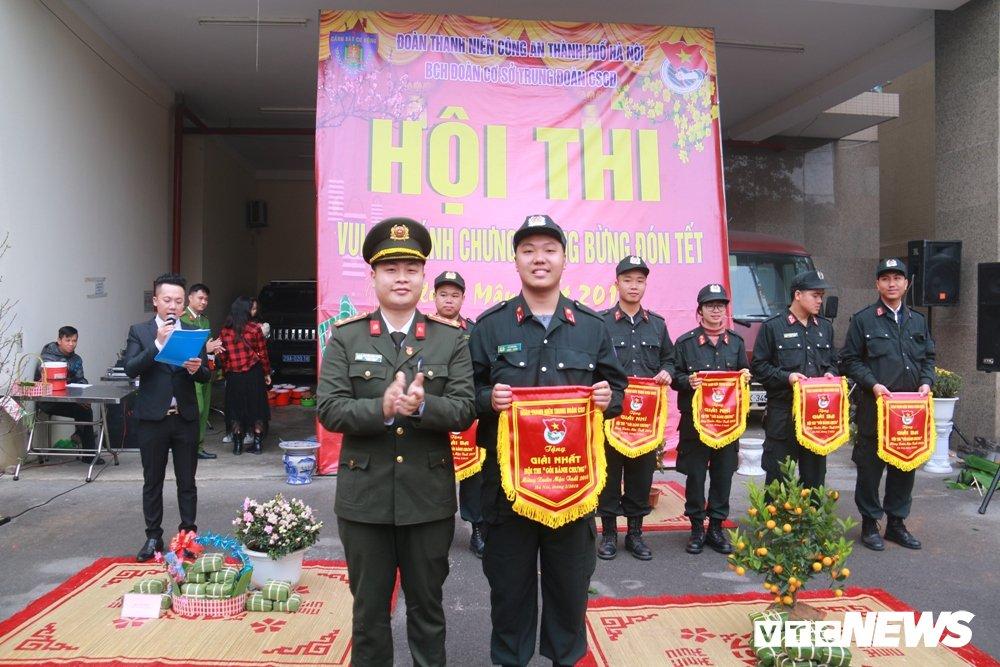 Chien sy canh sat co dong tro tai goi banh chung don Tet hinh anh 12