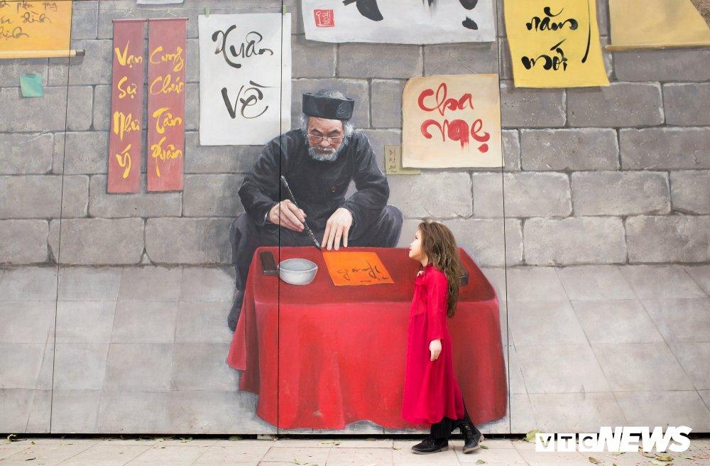 Mau nhi Ha thanh dien ao dai rang ro xuong pho don Xuan hinh anh 3
