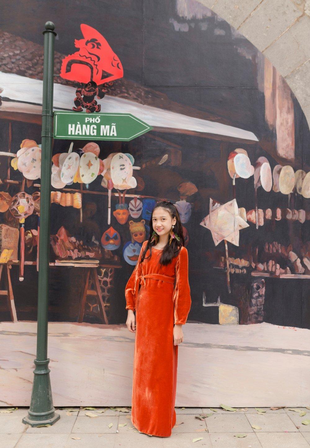 Mau nhi Ha thanh dien ao dai rang ro xuong pho don Xuan hinh anh 2