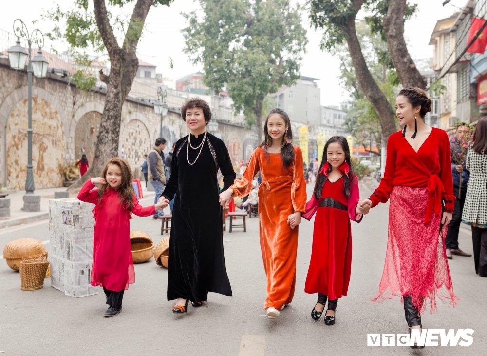 Mau nhi Ha thanh dien ao dai rang ro xuong pho don Xuan hinh anh 1