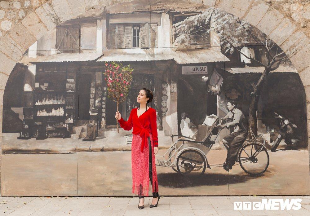 Mau nhi Ha thanh dien ao dai rang ro xuong pho don Xuan hinh anh 5
