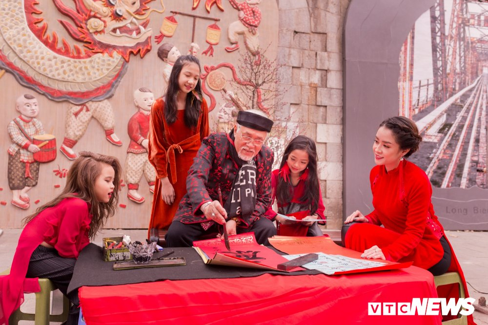 Mau nhi Ha thanh dien ao dai rang ro xuong pho don Xuan hinh anh 6
