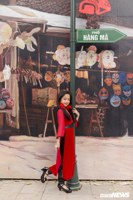 Mau nhi Ha thanh dien ao dai rang ro xuong pho don Xuan hinh anh 4