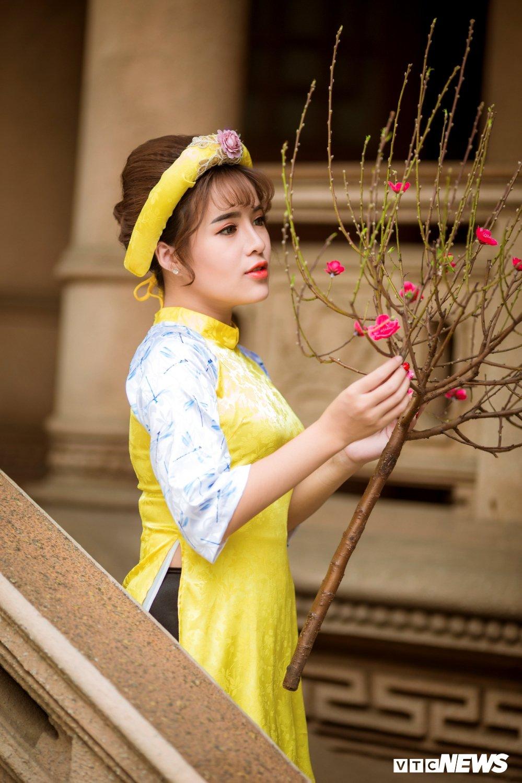 Hoa khoi tai nang khoe anh ao dai rang ro don Xuan hinh anh 2