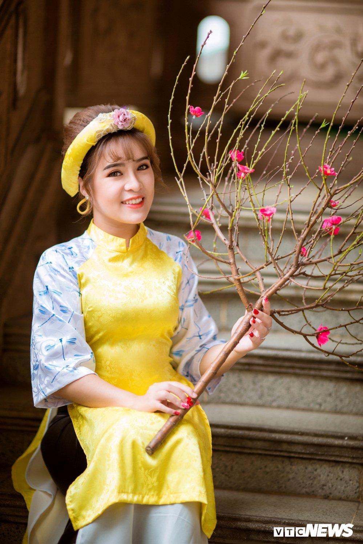 Hoa khoi tai nang khoe anh ao dai rang ro don Xuan hinh anh 5