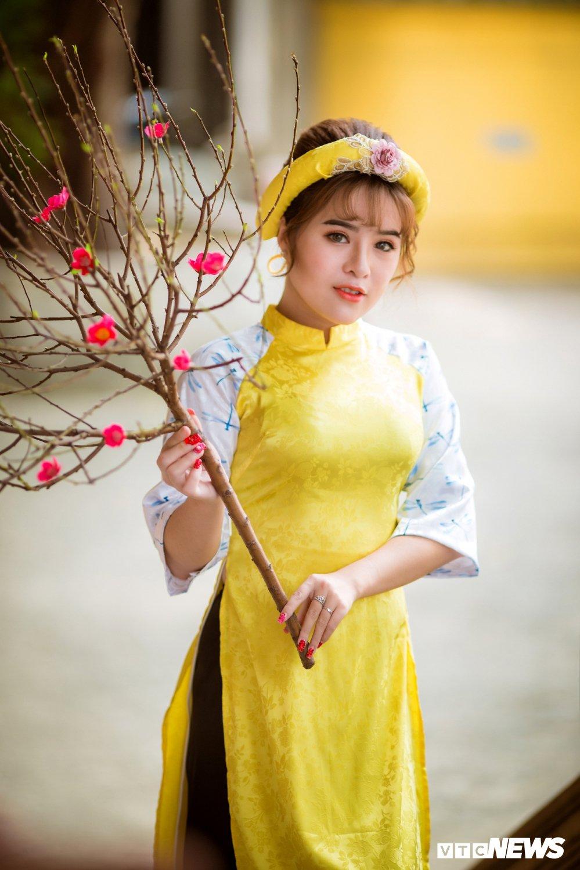 Hoa khoi tai nang khoe anh ao dai rang ro don Xuan hinh anh 7