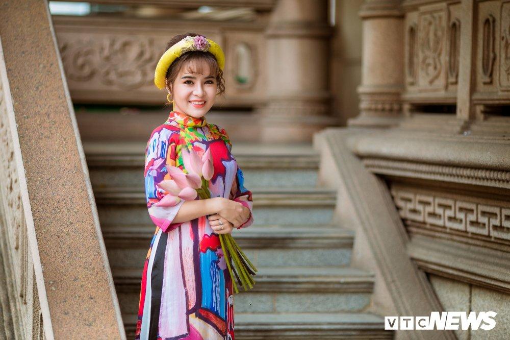 Hoa khoi tai nang khoe anh ao dai rang ro don Xuan hinh anh 13