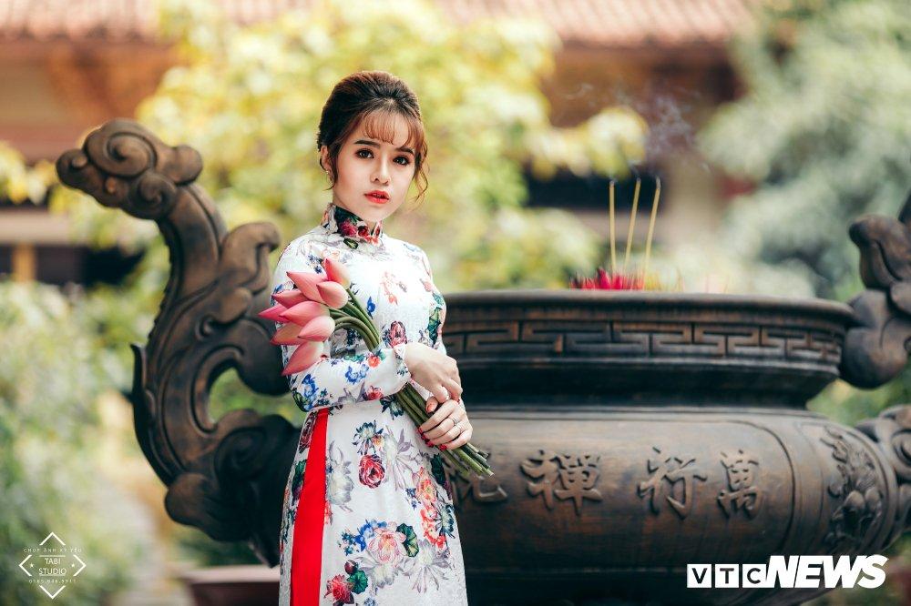 Hoa khoi tai nang khoe anh ao dai rang ro don Xuan hinh anh 14