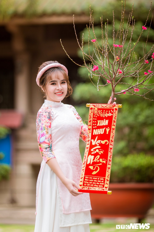 Hoa khoi tai nang khoe anh ao dai rang ro don Xuan hinh anh 8