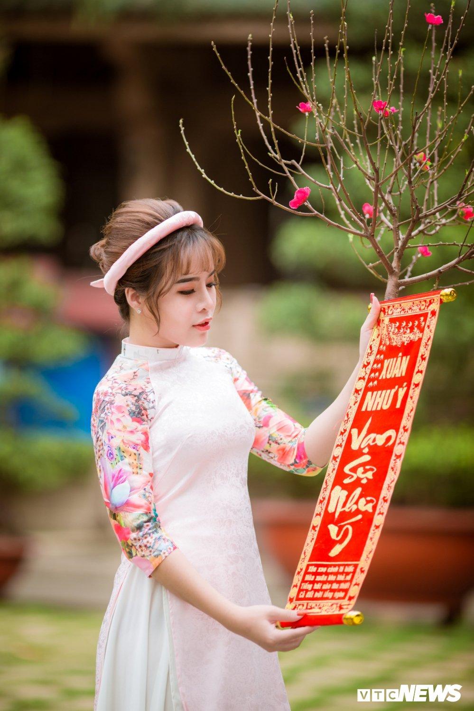 Hoa khoi tai nang khoe anh ao dai rang ro don Xuan hinh anh 9