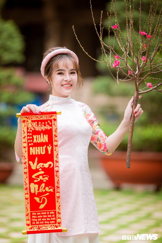 Hoa khoi tai nang khoe anh ao dai rang ro don Xuan hinh anh 10