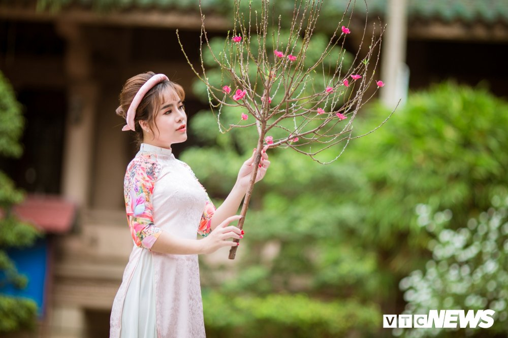 Hoa khoi tai nang khoe anh ao dai rang ro don Xuan hinh anh 11
