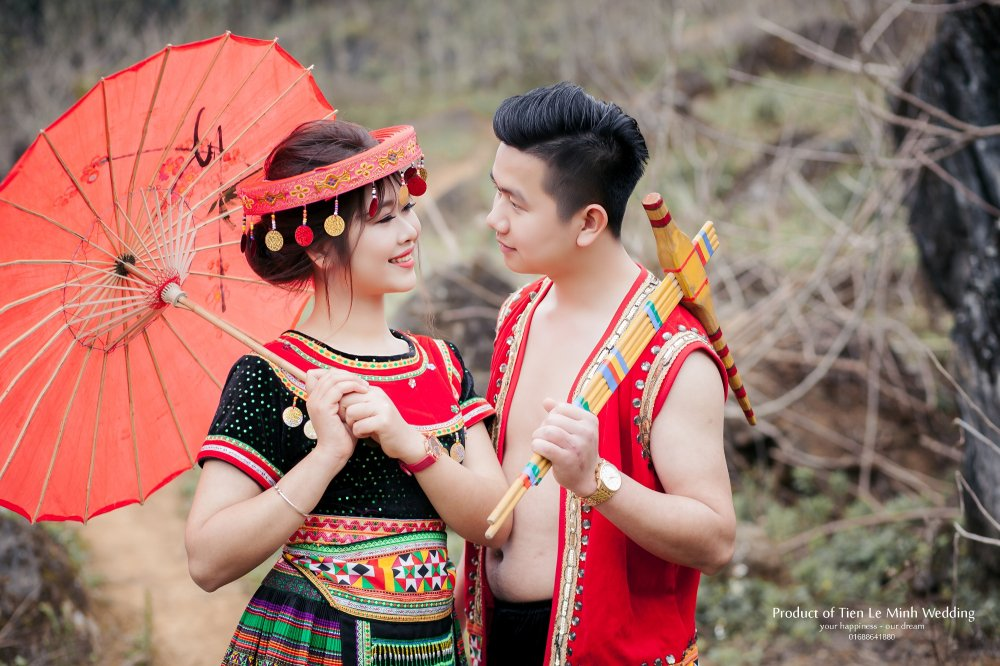 Ngam anh cuoi trong trang phuc H'Mong cua canh sat tre Yen Bai hinh anh 1