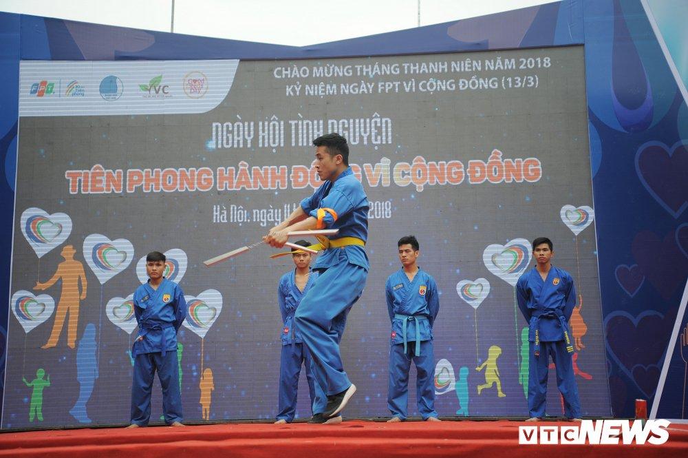 Tuyen thu U23 Bui Tien Dung, Trong Dai tang 30 qua bong cho thieu nhi ngay Vi cong dong hinh anh 15