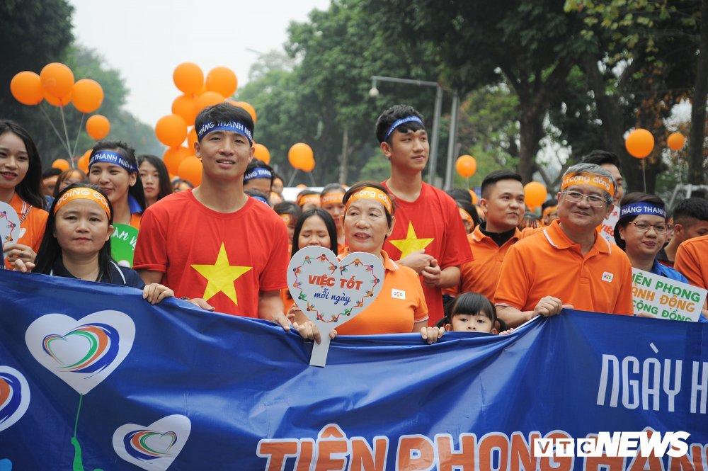 Tuyen thu U23 Bui Tien Dung, Trong Dai tang 30 qua bong cho thieu nhi ngay Vi cong dong hinh anh 6