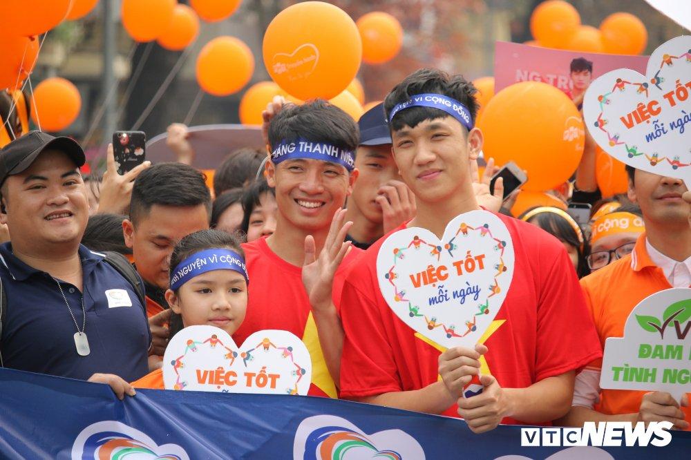 Tuyen thu U23 Bui Tien Dung, Trong Dai tang 30 qua bong cho thieu nhi ngay Vi cong dong hinh anh 7