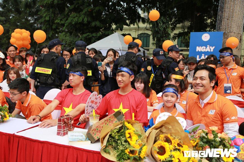 Tuyen thu U23 Bui Tien Dung, Trong Dai tang 30 qua bong cho thieu nhi ngay Vi cong dong hinh anh 8