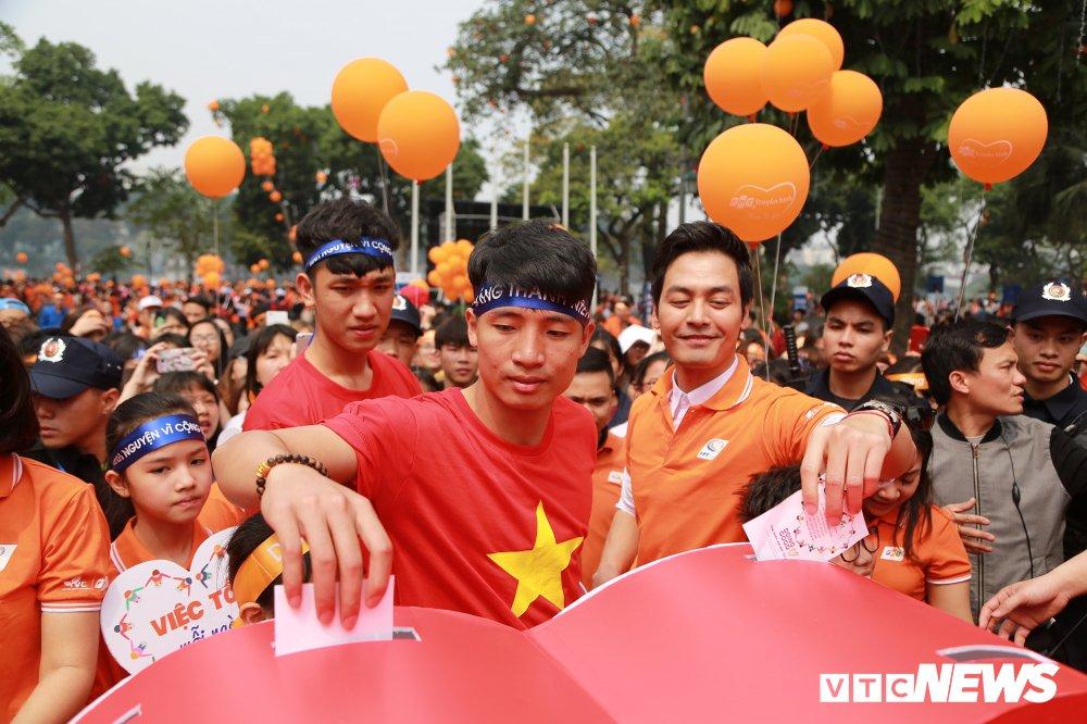 Tuyen thu U23 Bui Tien Dung, Trong Dai tang 30 qua bong cho thieu nhi ngay Vi cong dong hinh anh 9