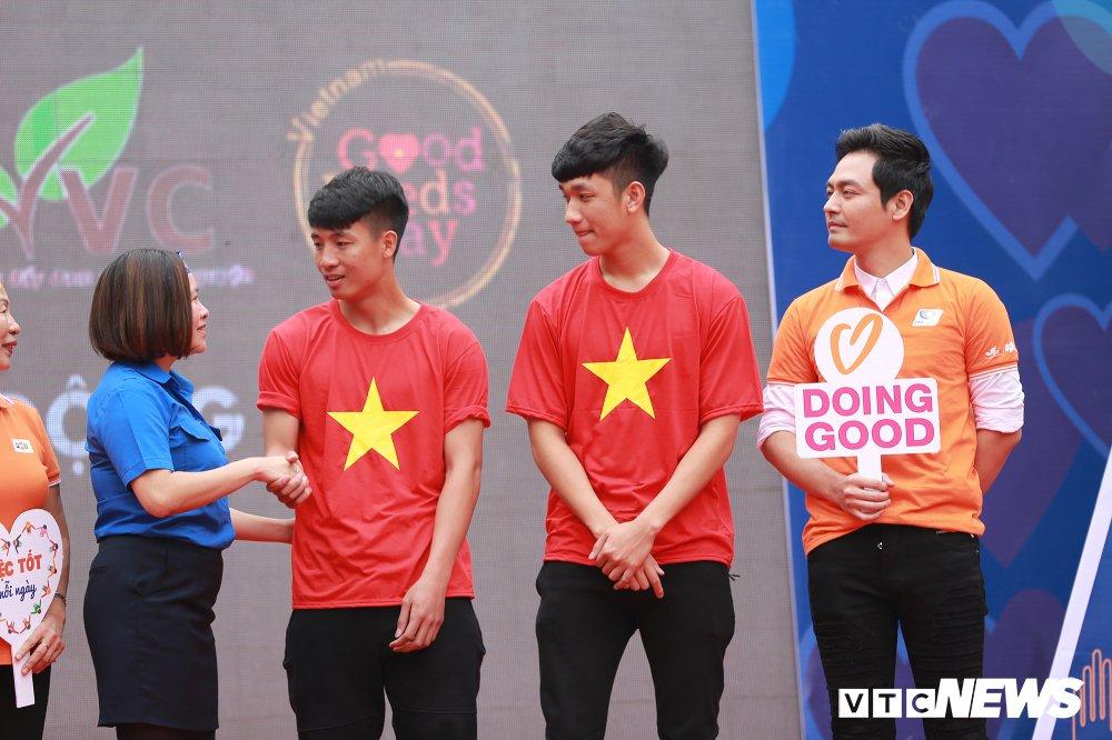 Tuyen thu U23 Bui Tien Dung, Trong Dai tang 30 qua bong cho thieu nhi ngay Vi cong dong hinh anh 5