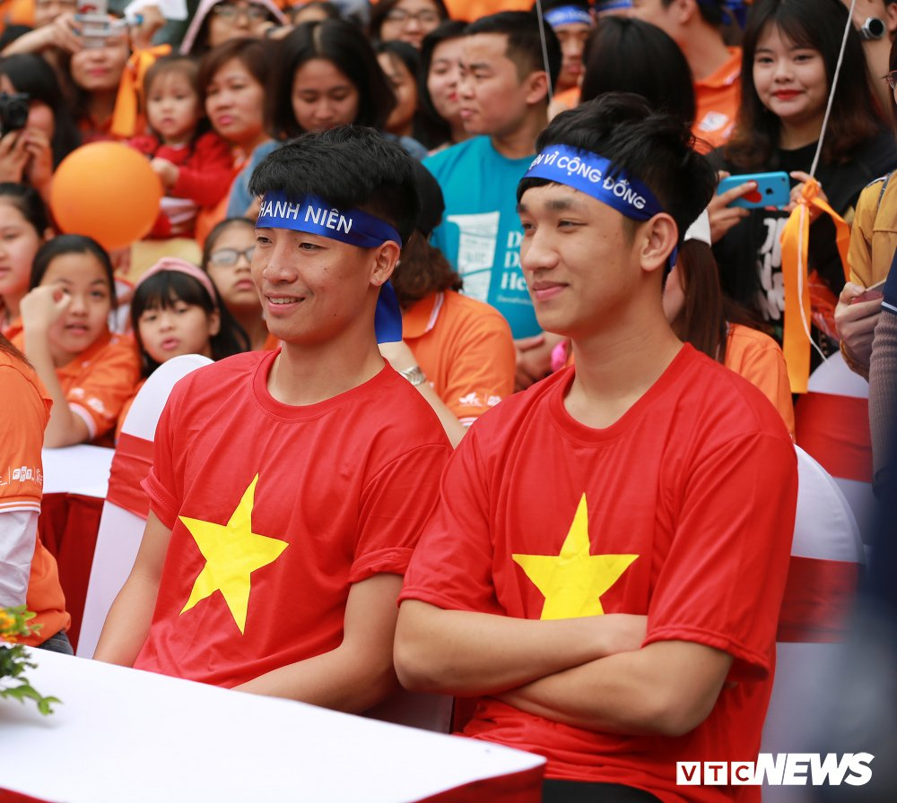 Tuyen thu U23 Bui Tien Dung, Trong Dai tang 30 qua bong cho thieu nhi ngay Vi cong dong hinh anh 3