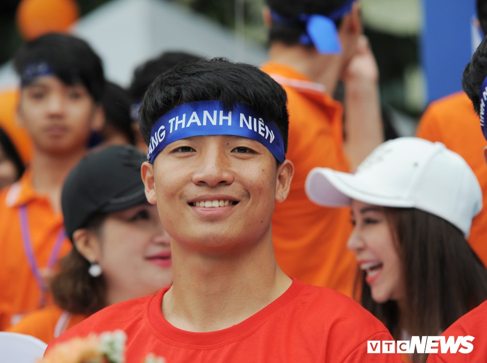 Tuyen thu U23 Bui Tien Dung, Trong Dai tang 30 qua bong cho thieu nhi ngay Vi cong dong hinh anh 4