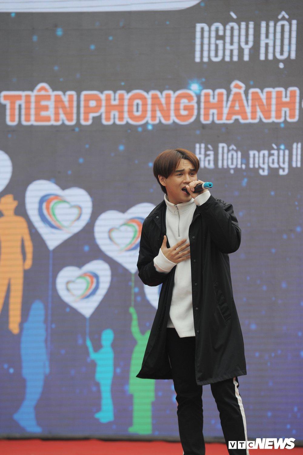 Tuyen thu U23 Bui Tien Dung, Trong Dai tang 30 qua bong cho thieu nhi ngay Vi cong dong hinh anh 16
