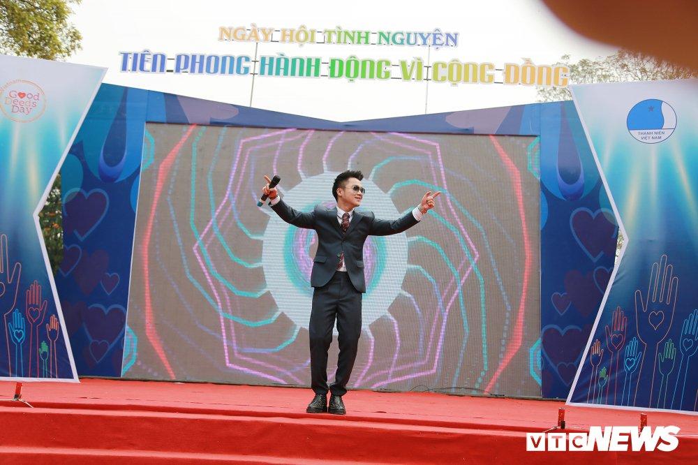 Tuyen thu U23 Bui Tien Dung, Trong Dai tang 30 qua bong cho thieu nhi ngay Vi cong dong hinh anh 17