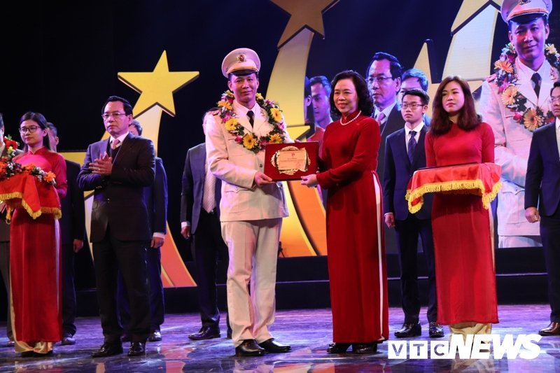 Cong bo 20 guong mat 'Thanh nien cong an tieu bieu nam 2017' hinh anh 1