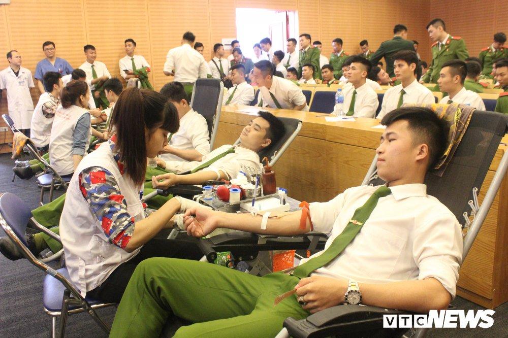 Hang tram hoc vien canh sat tham gia 'Ngay hoi hien mau thanh nien' 2018 hinh anh 8