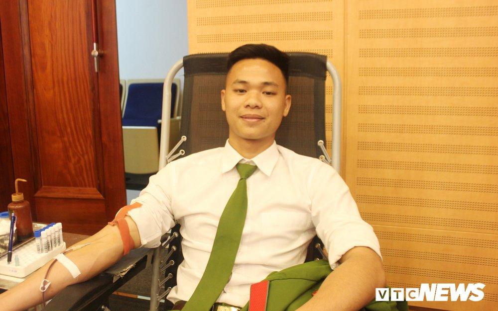 Hang tram hoc vien canh sat tham gia 'Ngay hoi hien mau thanh nien' 2018 hinh anh 10