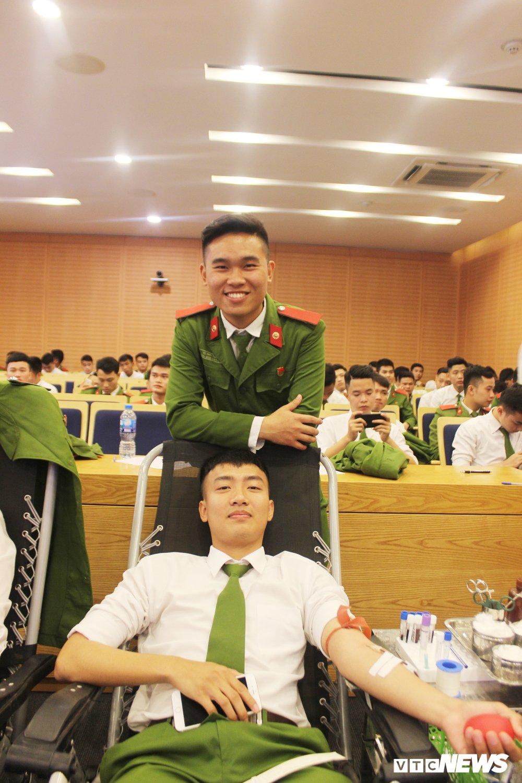 Hang tram hoc vien canh sat tham gia 'Ngay hoi hien mau thanh nien' 2018 hinh anh 12
