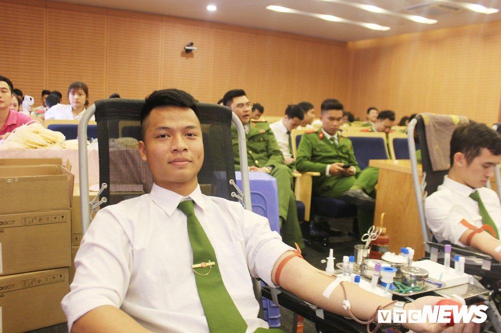 Hang tram hoc vien canh sat tham gia 'Ngay hoi hien mau thanh nien' 2018 hinh anh 23