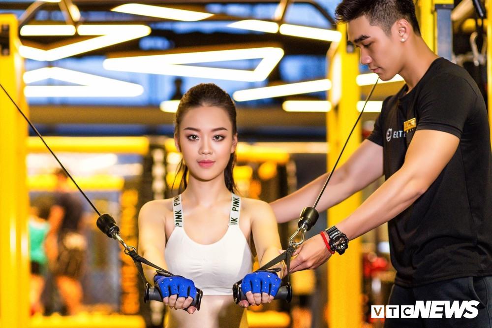 Hot girl DH Phong chay chua chay nong bong trong phong tap gym hinh anh 3