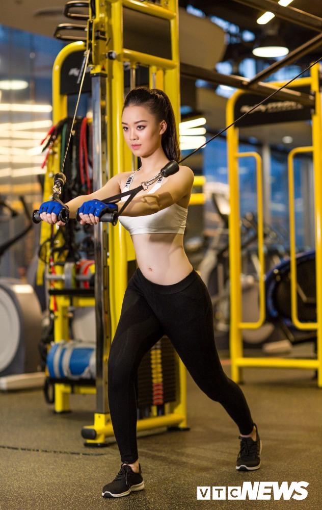 Hot girl DH Phong chay chua chay nong bong trong phong tap gym hinh anh 5