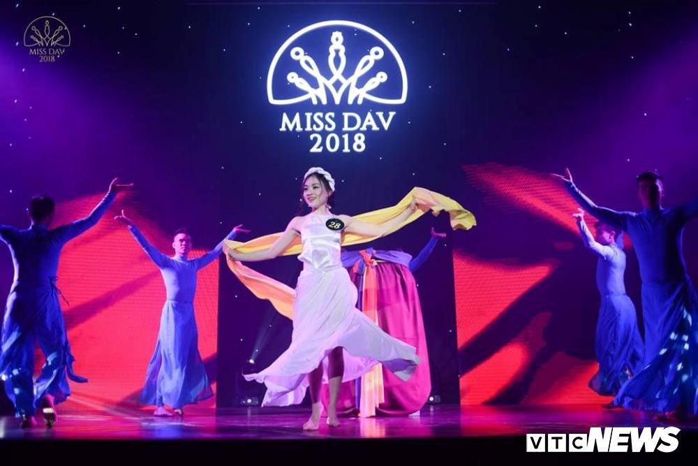 Nu sinh HV Ngoai giao khoe vu dao 'boc lua' trong Miss Dav 2018 hinh anh 13
