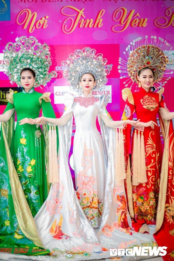 A khoi Chi Nguyen khoe dang yeu kieu tai chuong trinh thien nguyen hinh anh 9