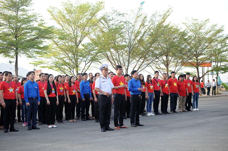 200 thanh nien tham gia 'Hanh trinh Tuoi tre vi bien dao que huong' 2018 hinh anh 1