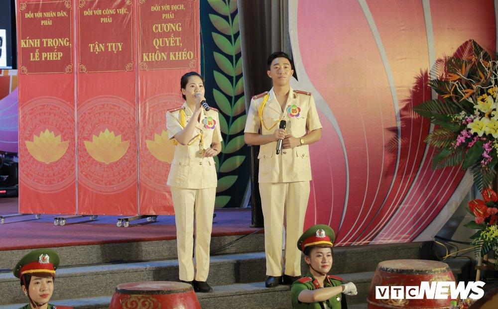 Chien sy cong an trai nghiem san khau hoa '6 dieu Bac Ho day CAND' hinh anh 4