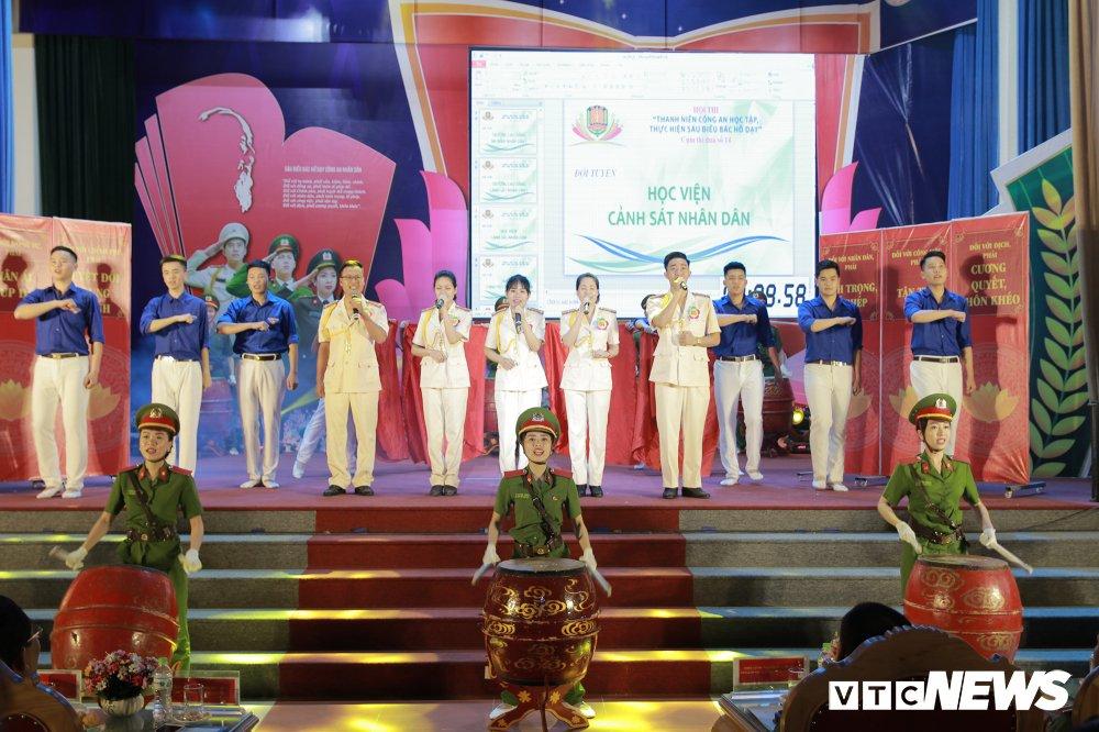 Chien sy cong an trai nghiem san khau hoa '6 dieu Bac Ho day CAND' hinh anh 5