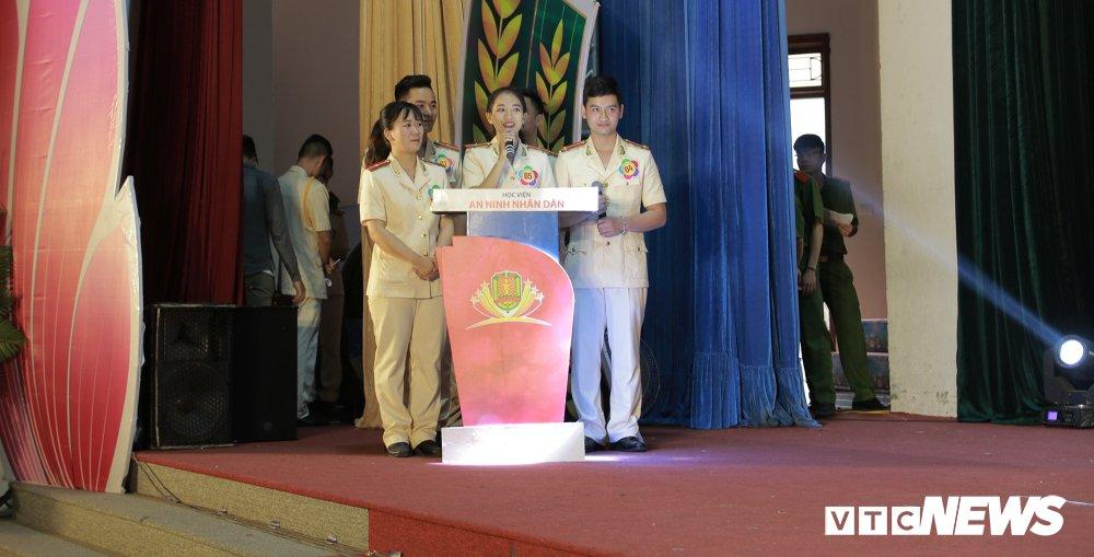 Chien sy cong an trai nghiem san khau hoa '6 dieu Bac Ho day CAND' hinh anh 14