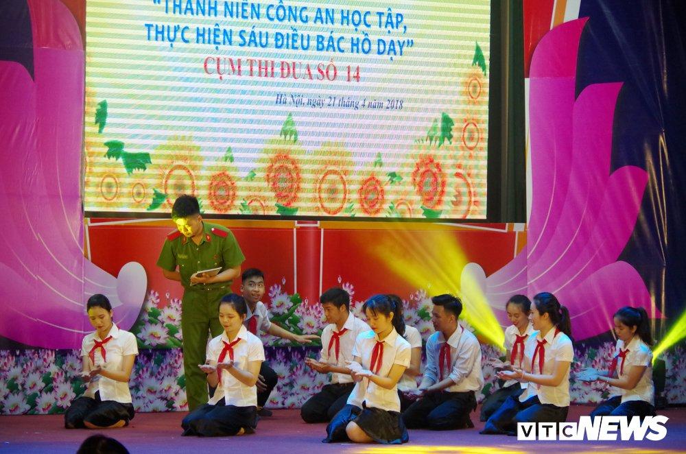 Chien sy cong an trai nghiem san khau hoa '6 dieu Bac Ho day CAND' hinh anh 8