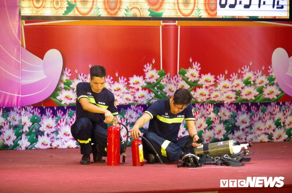 Chien sy cong an trai nghiem san khau hoa '6 dieu Bac Ho day CAND' hinh anh 9