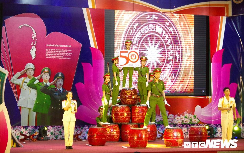 Chien sy cong an trai nghiem san khau hoa '6 dieu Bac Ho day CAND' hinh anh 12