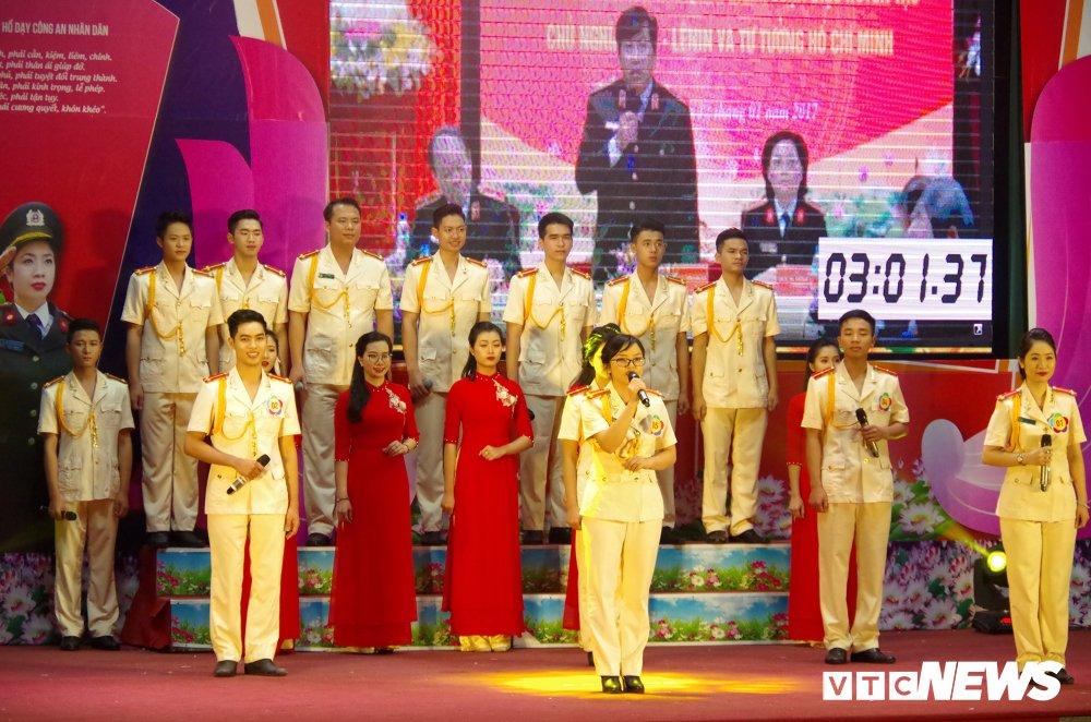 Chien sy cong an trai nghiem san khau hoa '6 dieu Bac Ho day CAND' hinh anh 13