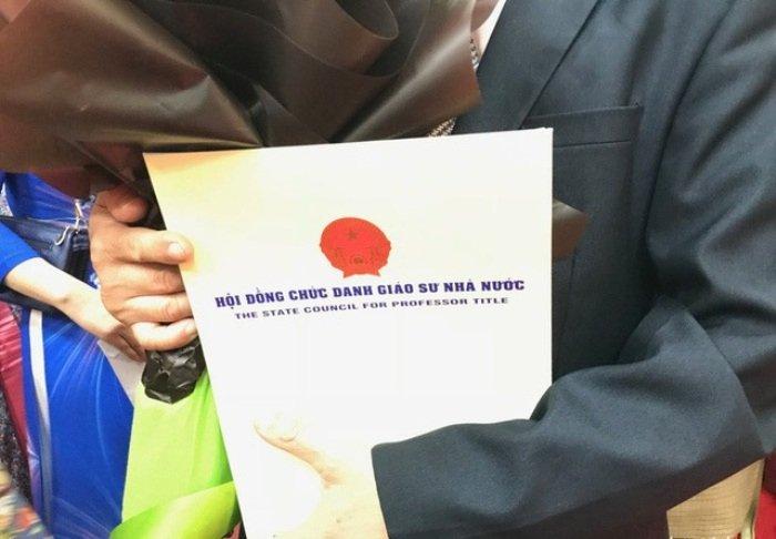 Nghi van GS Nguyen Duc Ton dao van: 'Can toa an can thiep, xac minh' hinh anh 1